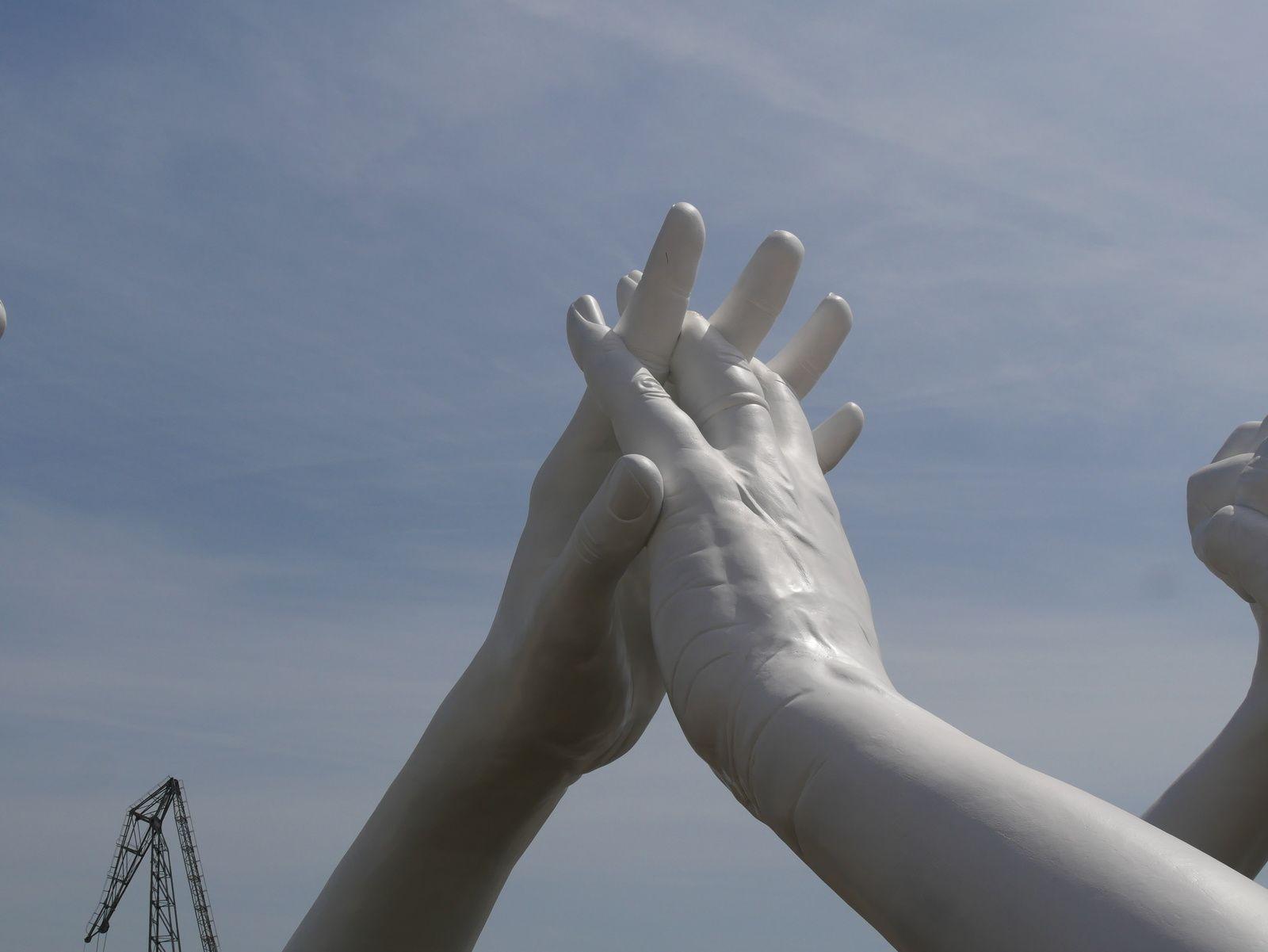 Lorenzo Quinn. Building Bridges. Construire des ponts. Biennale de Venise.