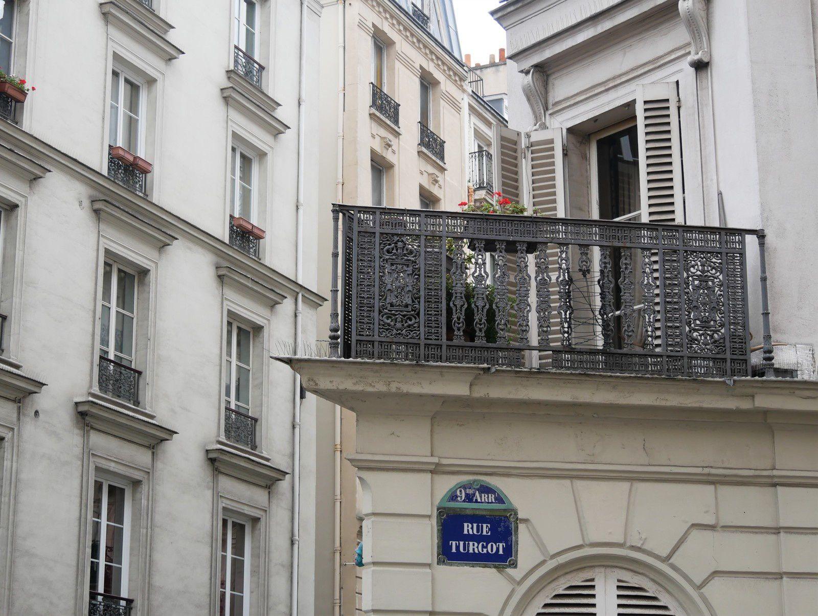 La proue du balcon du 34 entre rues Turgot et Condorcet