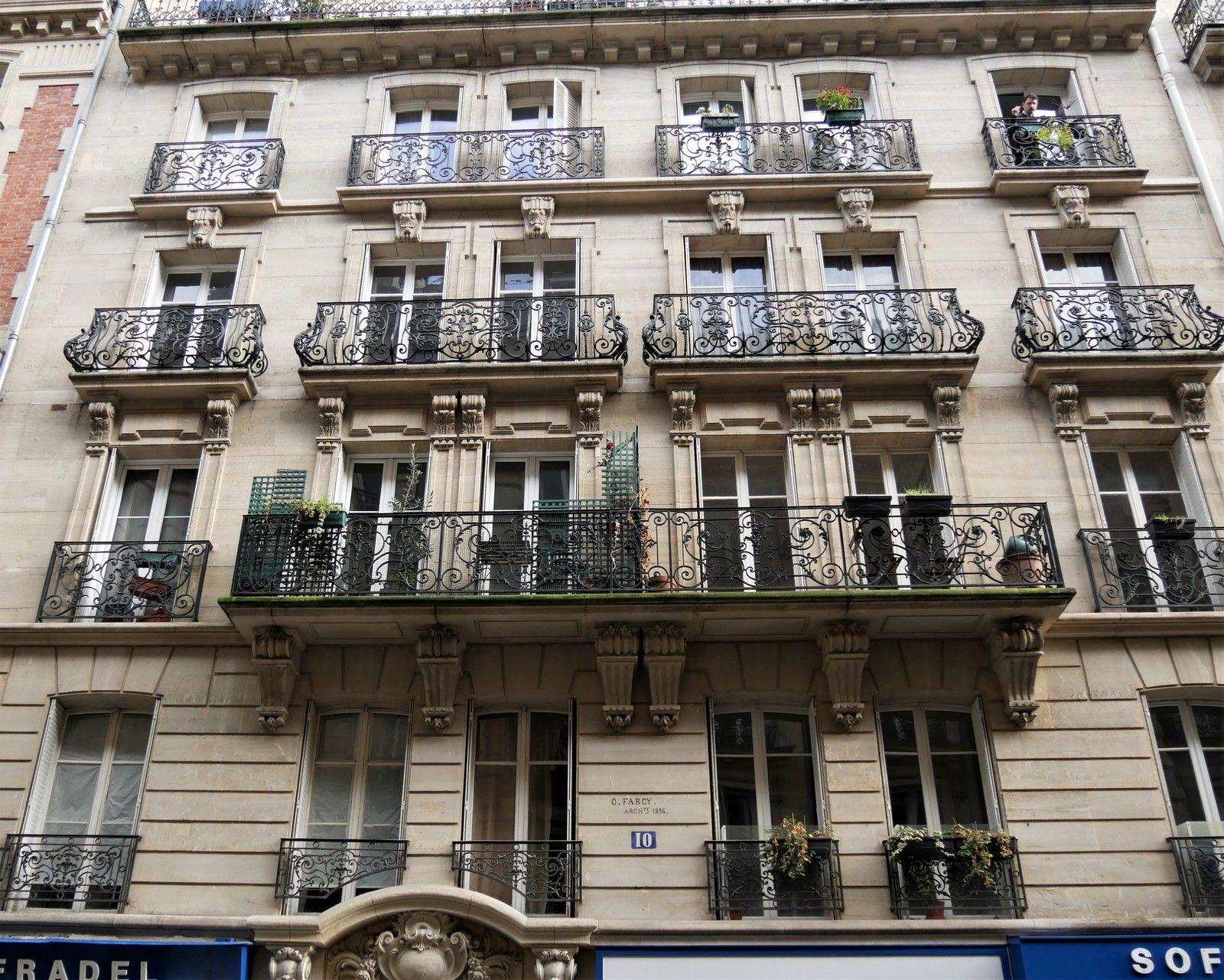 Rue Lentonnet Paris 9ème arrondissement. Musée vivant de l'architecture de la fin du XIXème siècle.