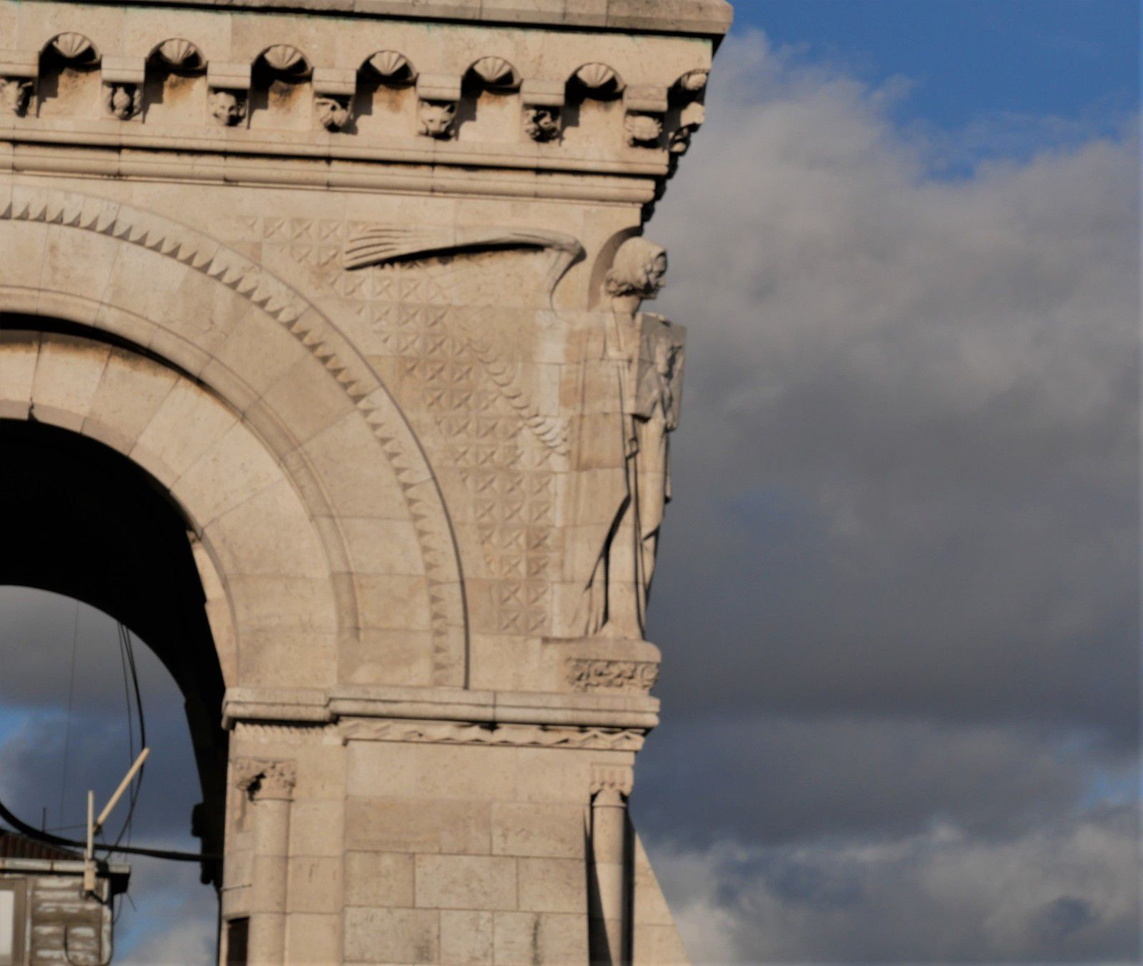 Le clocher campanile du Sacré-Coeur. Le campanile. Les anges de Jean Dampt et les animaux de Henri Bouchard.