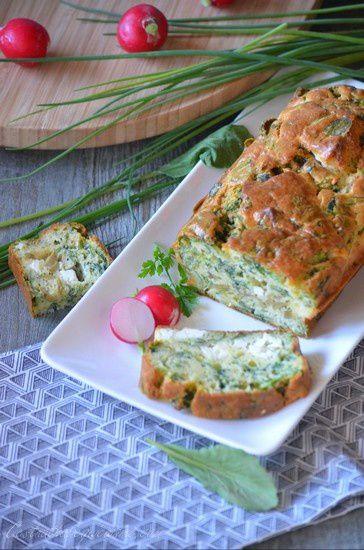 Cake à la feta, aux olives et fanes de radis