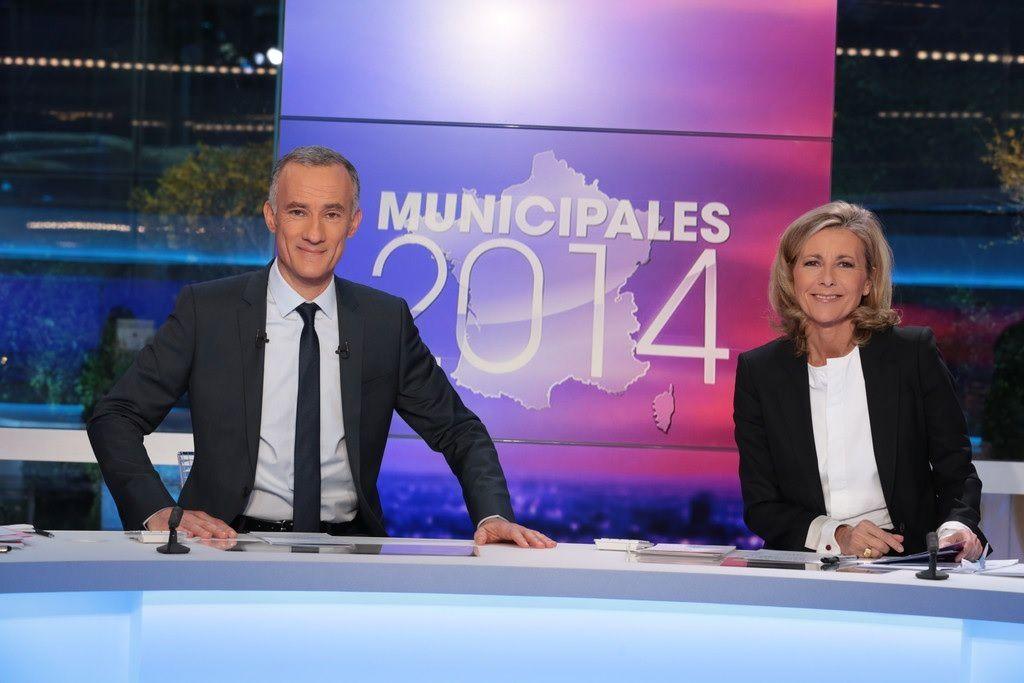 """Gilles BOULEAU et Claire CHAZAL sur le plateau """"Munucipales 2014"""" le 23 mars 2014 (© TF1/F. BERTHET)"""