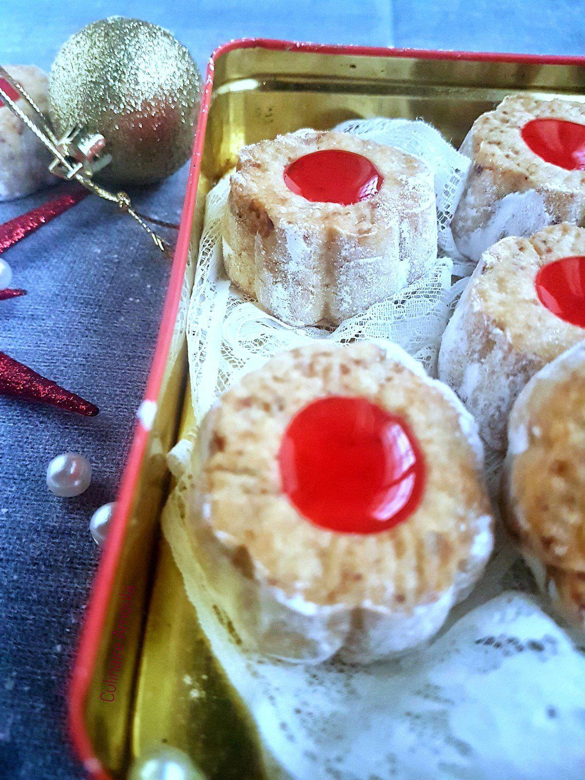 Biscuits fondants au fromage garnis à la confiture de fraises