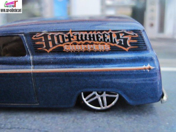 55 CHEVY PANEL HOT WHEELS 1/64 AVEC MOTO HARLEY DAVIDSON