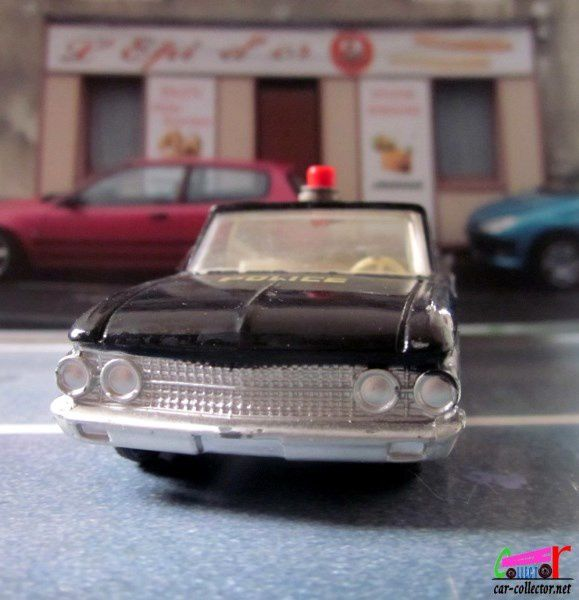 FORD FAIRLANE POLICE USA DINKY TOYS 1/43
