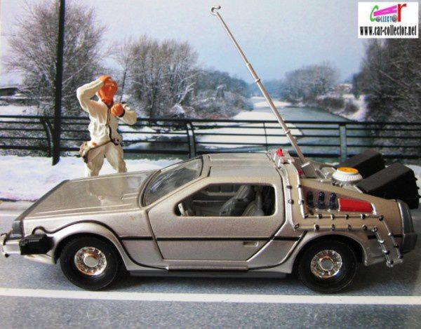 time-machine-back-to-the-future-professeur-emmett-brown-retour-vers-le-futur-mickael-j-fox-corgi