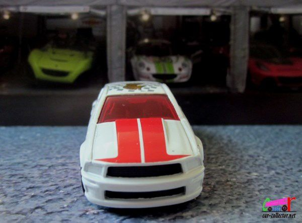 07 FORD MUSTANG HOT WHEELS 1/64.