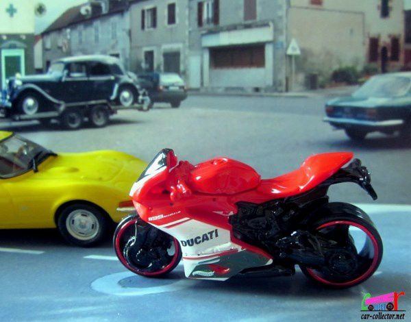 moto-ducati-1199-panigale-hot-wheels-1-64-2019-058