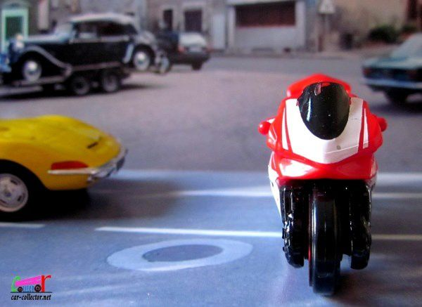 MOTO DUCATI 1199 PANIGALE HOT WHEELS 1/64.