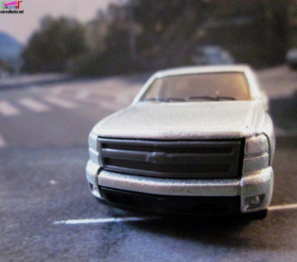 2007 CHEVY SILVERADO HOT WHEELS 1/64 + MOTO SPORTIVE.