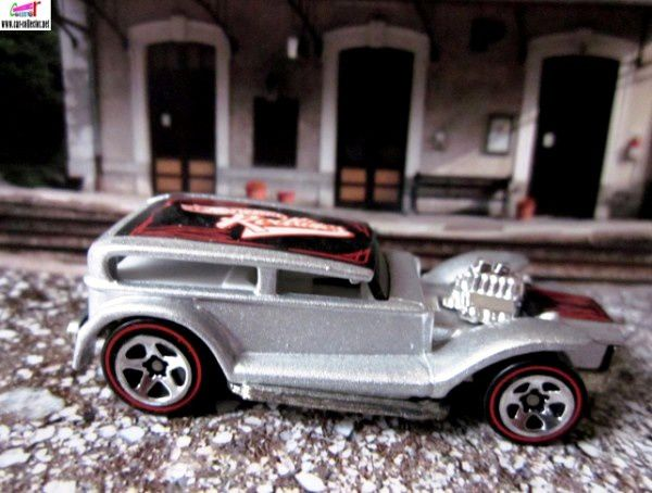 the-demon-the-prowler-32-ford-sedan-lil-coffin-redline-series-hot-wheels-2002-103