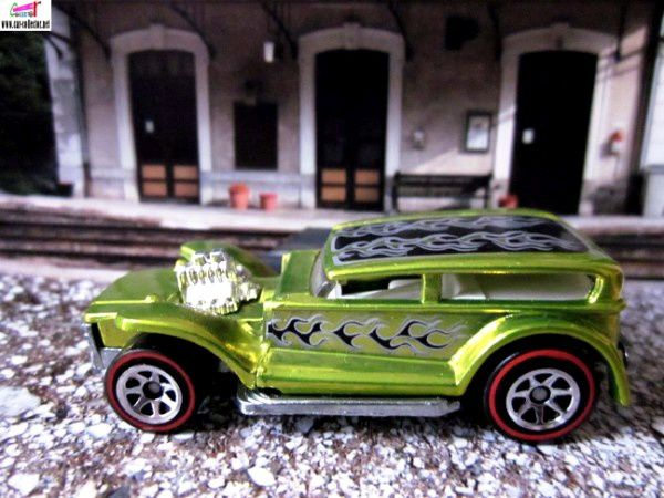 the-prowler-the-demon-32-ford-sedan-lil-coffin-classics-series-hot-wheels-2007-gare-d-evires