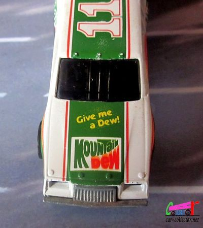 racing-stocker-buick-regal-nascar-darrell-waltrip-hot-wheels-1-64-1983