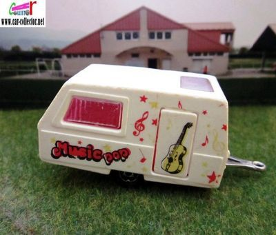 caravane-digue-st-tropez-majorette-guitare-rock-pop-music