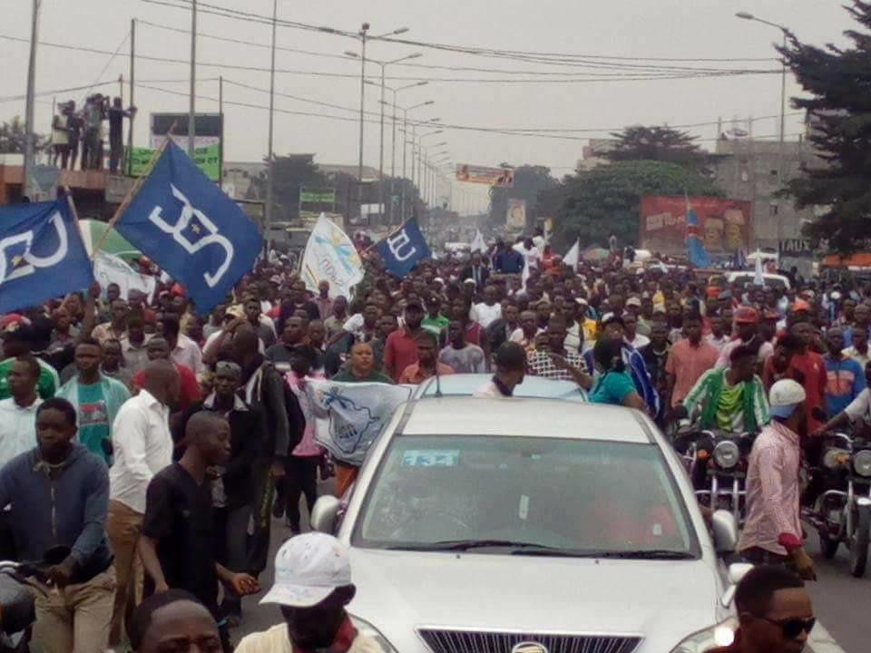 Images: Foule accompagnant Félix Tshisekedi pour son enrôlement