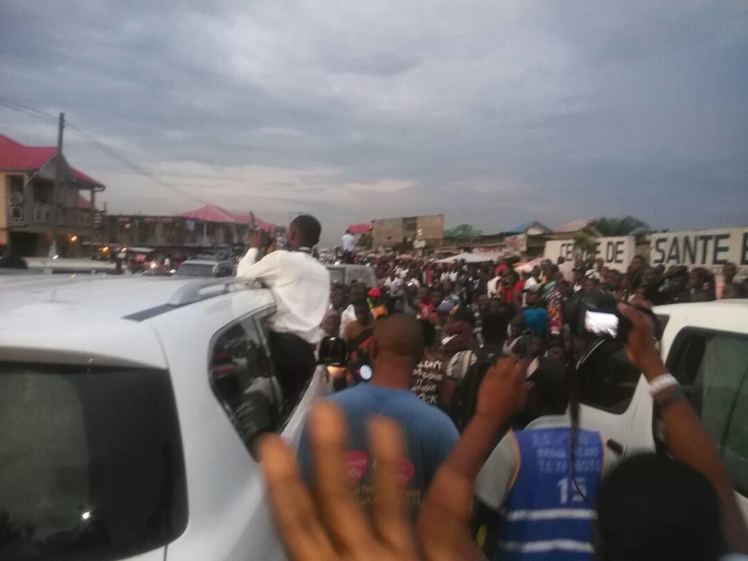 Av. 24 novembre; grande foule à la libération d'Eliezer Ntambwe