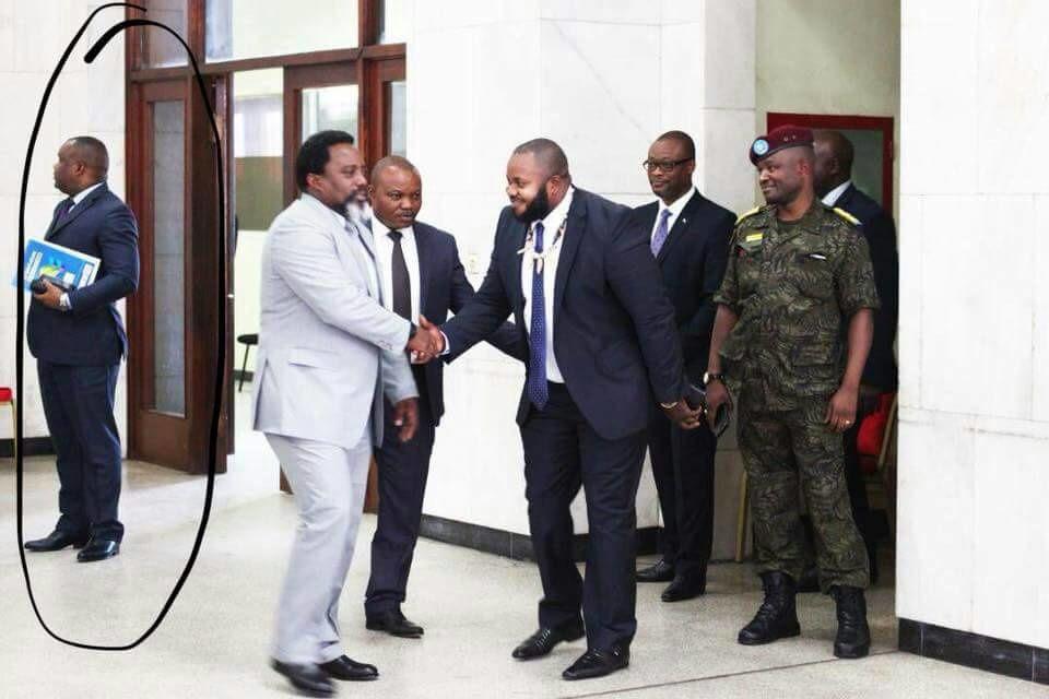 Photo du jour. Nangaa de la CENI très proche de Kabila… au propre comme au figuré!