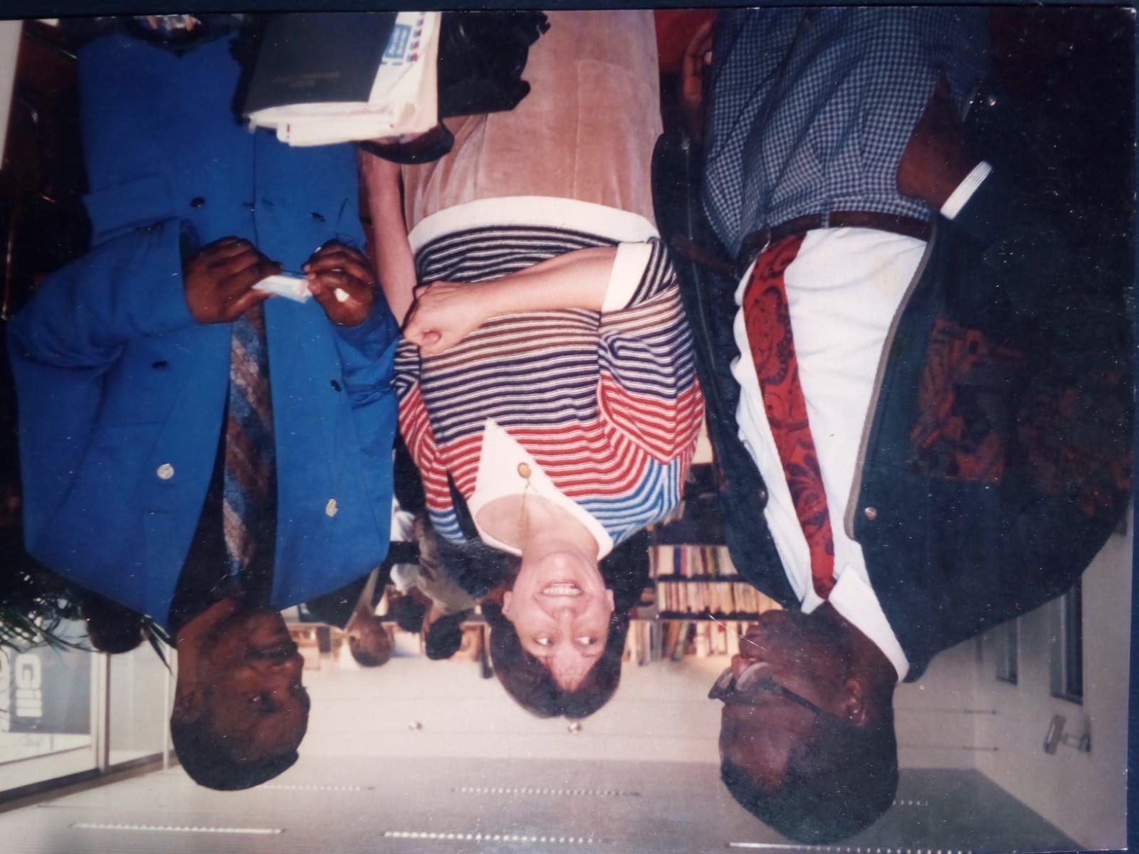 Kiluba Mwika (à droite en bleu) et Cheik FITA , Foire du Livre de Bruxelles en 1994