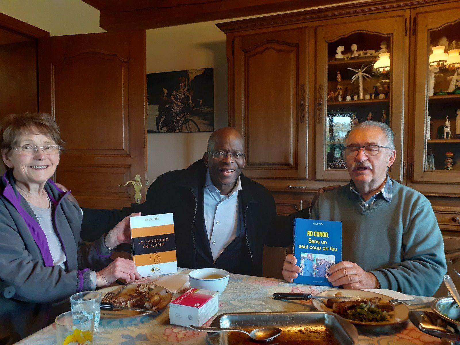 «Je retrouve en Belgique un de mes prof d'il y a 50 ans en RD Congo et lui offre deux livres de ma plume»
