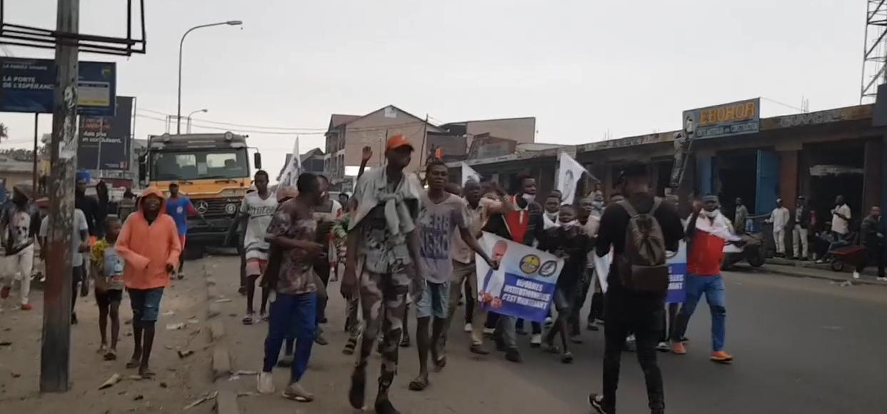 Marche de Lamuka, quelques jeunes ont débuté une marche vers Bayaka , dispersés par la police sous la pluie....