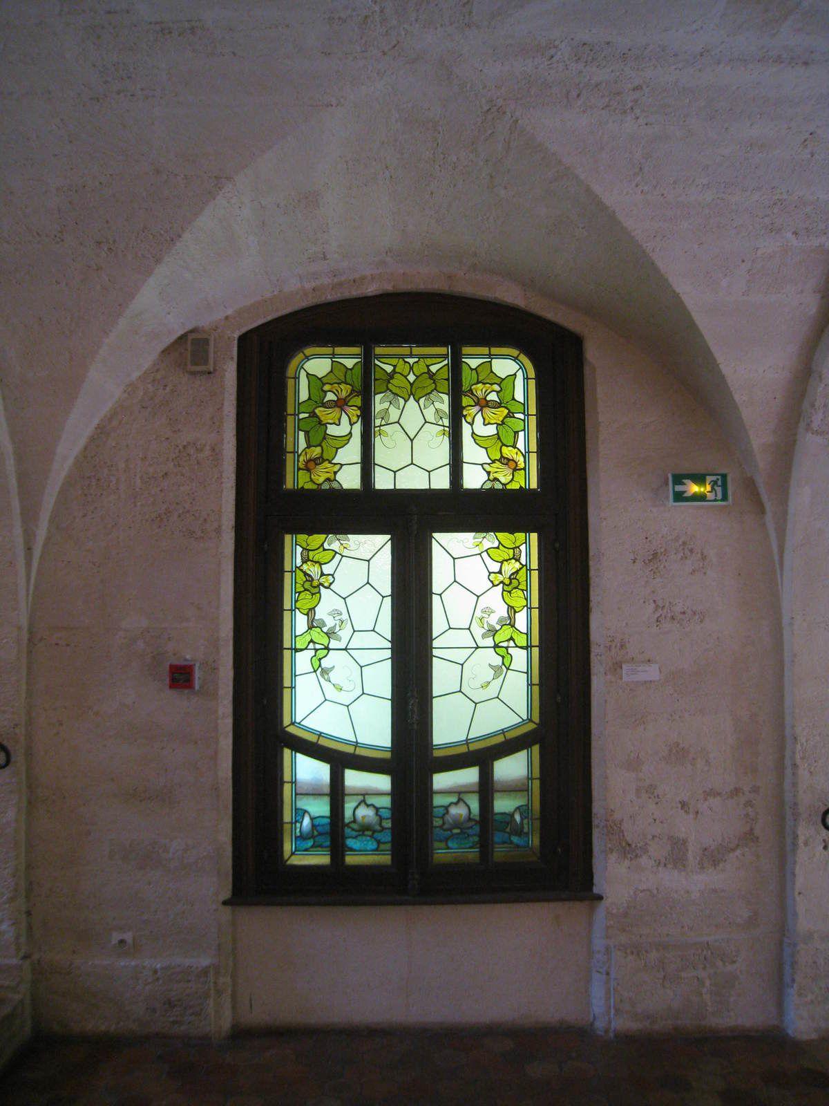 Fenêtre dans l'un des escalier du musée