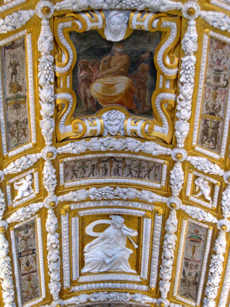 La scala d'oro (escalier d'or), escalier d'honneur décoré de stucs dorés et de peintures.