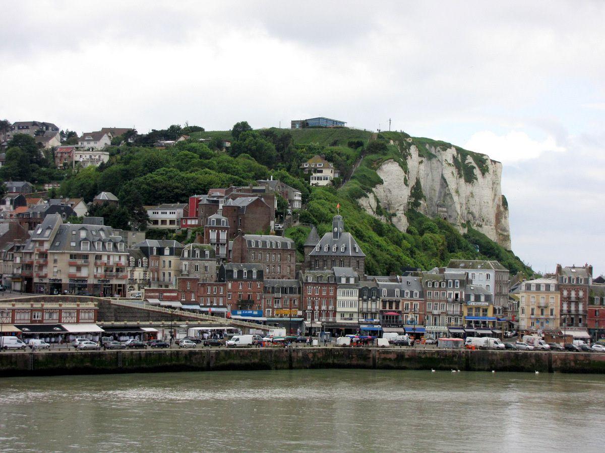 """La ville du Tréport au pied des falaises. La dernière photo est prise depuis la """" Rue de la Falaise """"."""