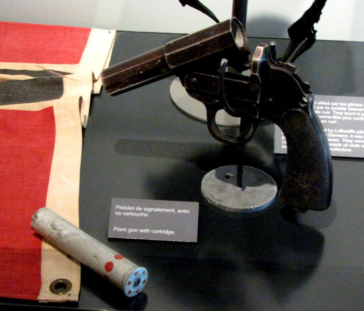 Soldat de la Wehrmacht  et pistolet de signalement