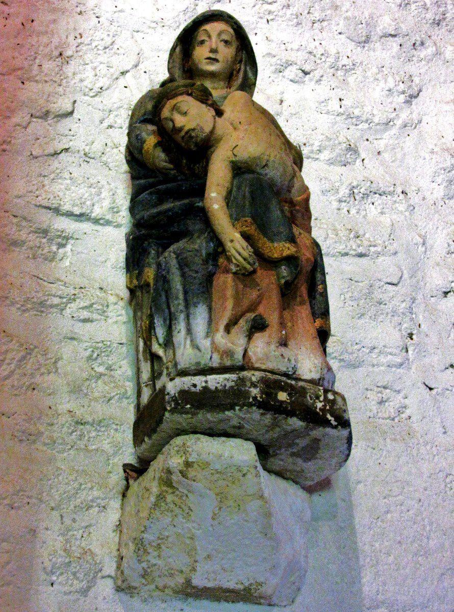 Piéta et dalles funéraires, chapelle de Beuzec
