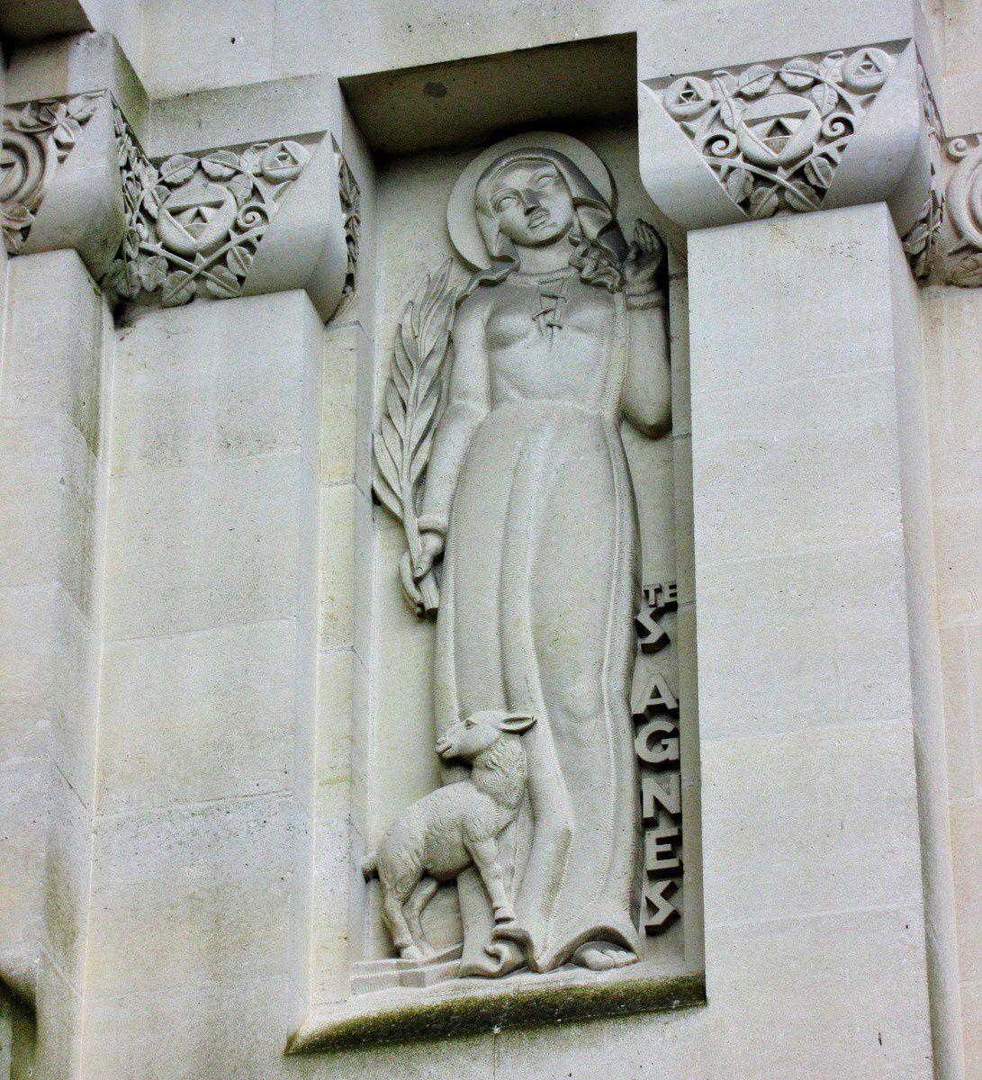 Statues de la façade de la basilique de Lisieux