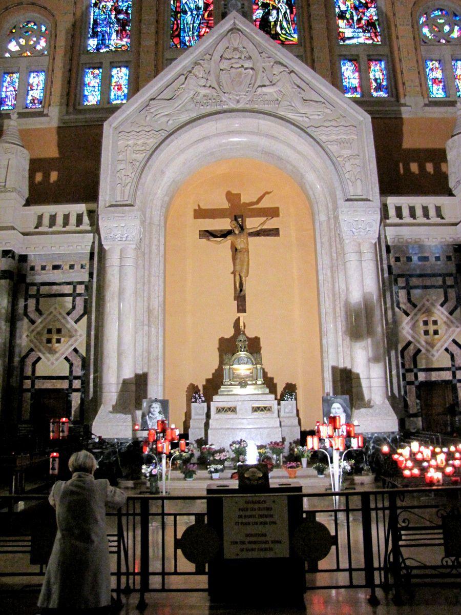 Basilique de Lisieux, évocation de Sainte Thérèse