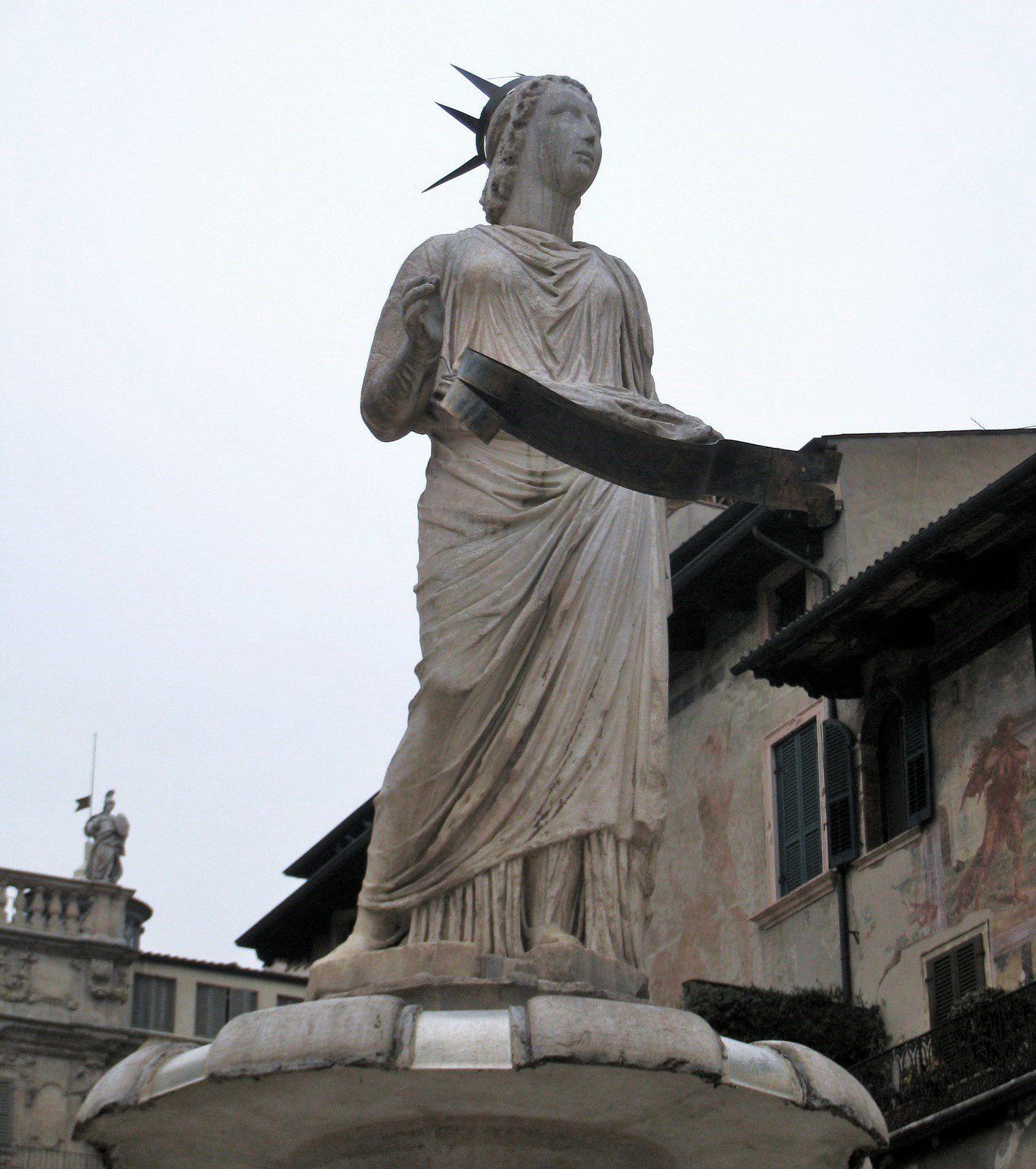 Piazzetta XIV novembre (Vérone), Tour de Gardello et la fontaine de Madonna Verona