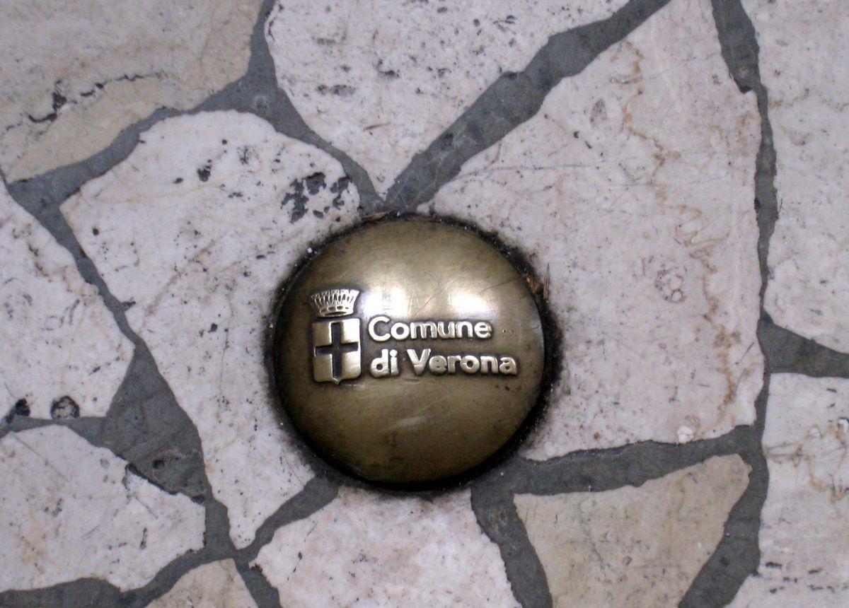 Piazzetta XIV novembre (Vérone), la Tour de Lamberti