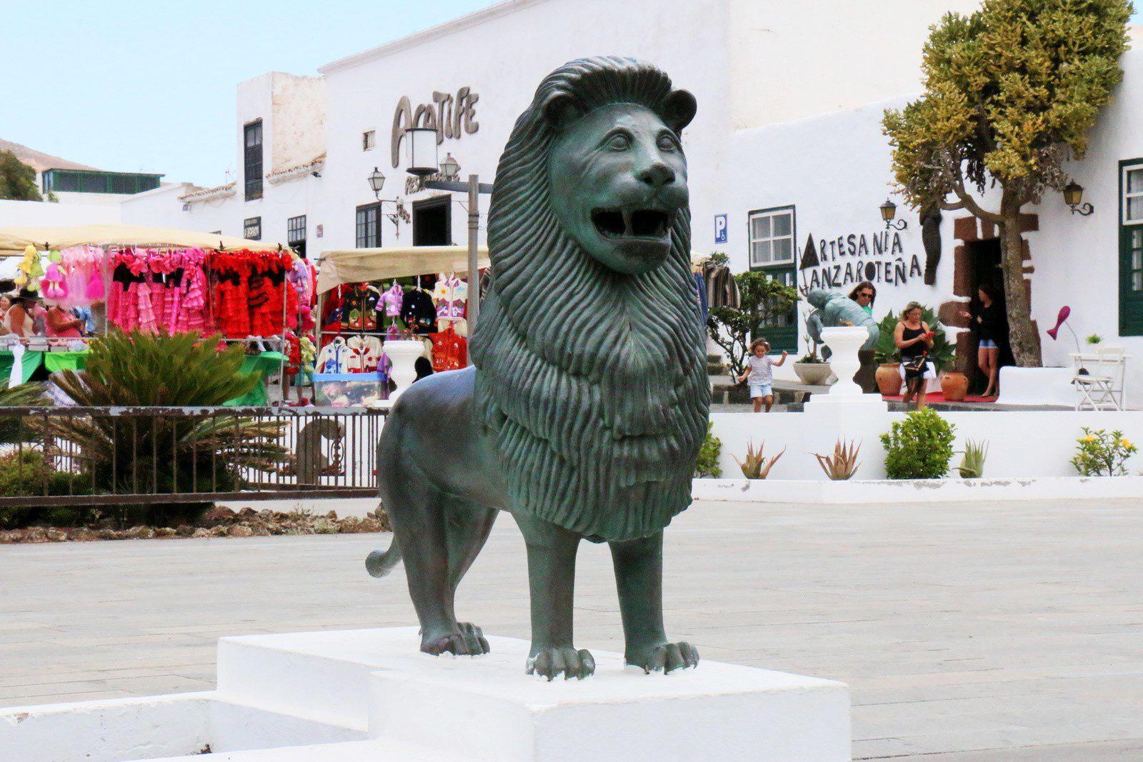 """Besapie"", sculpture de Rigoberto Camacho Perez, Teguise (Canaries)"