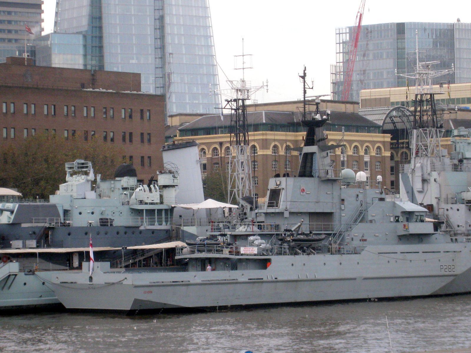 Le HMS Severn est amarré à couple du HMS Belfast au premier plan.