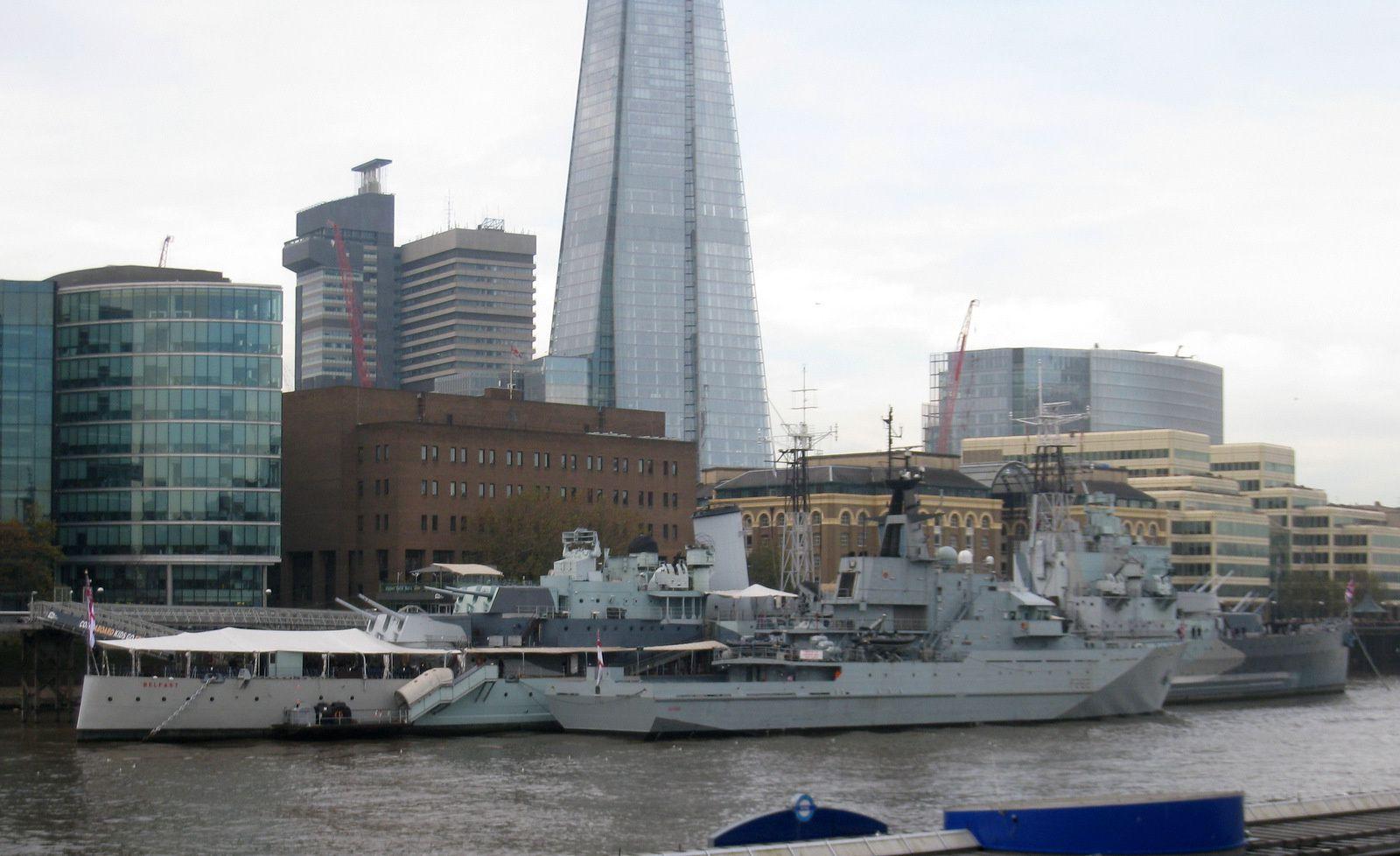 Le HMS Belfast est à quai au secons plan.