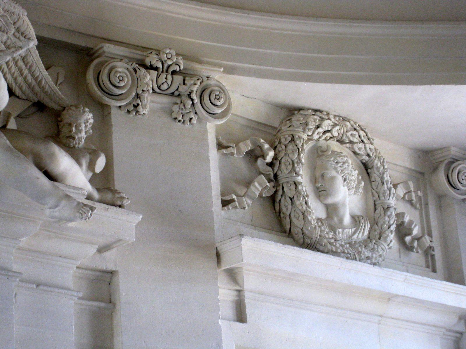 Porte palière et sculptures murales, château de Maisons-Laffitte