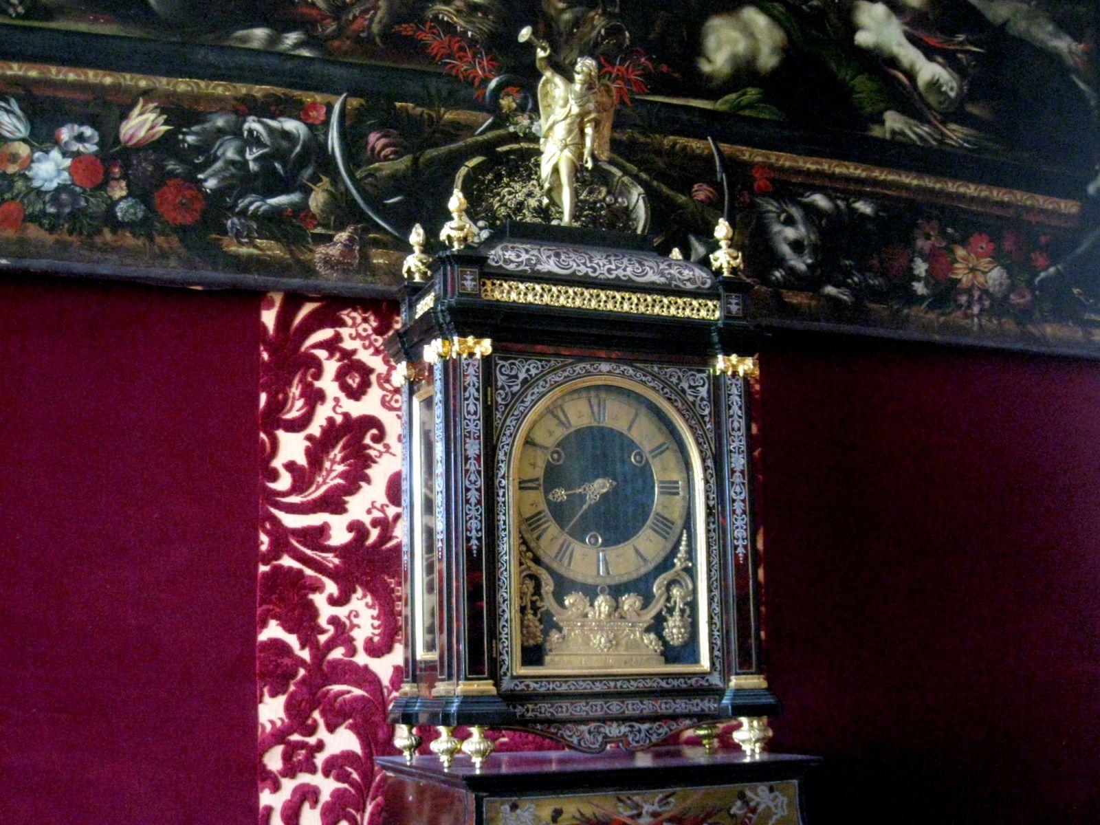 Chambre du Roi du château de Maisons-Laffitte, bureau à gradin