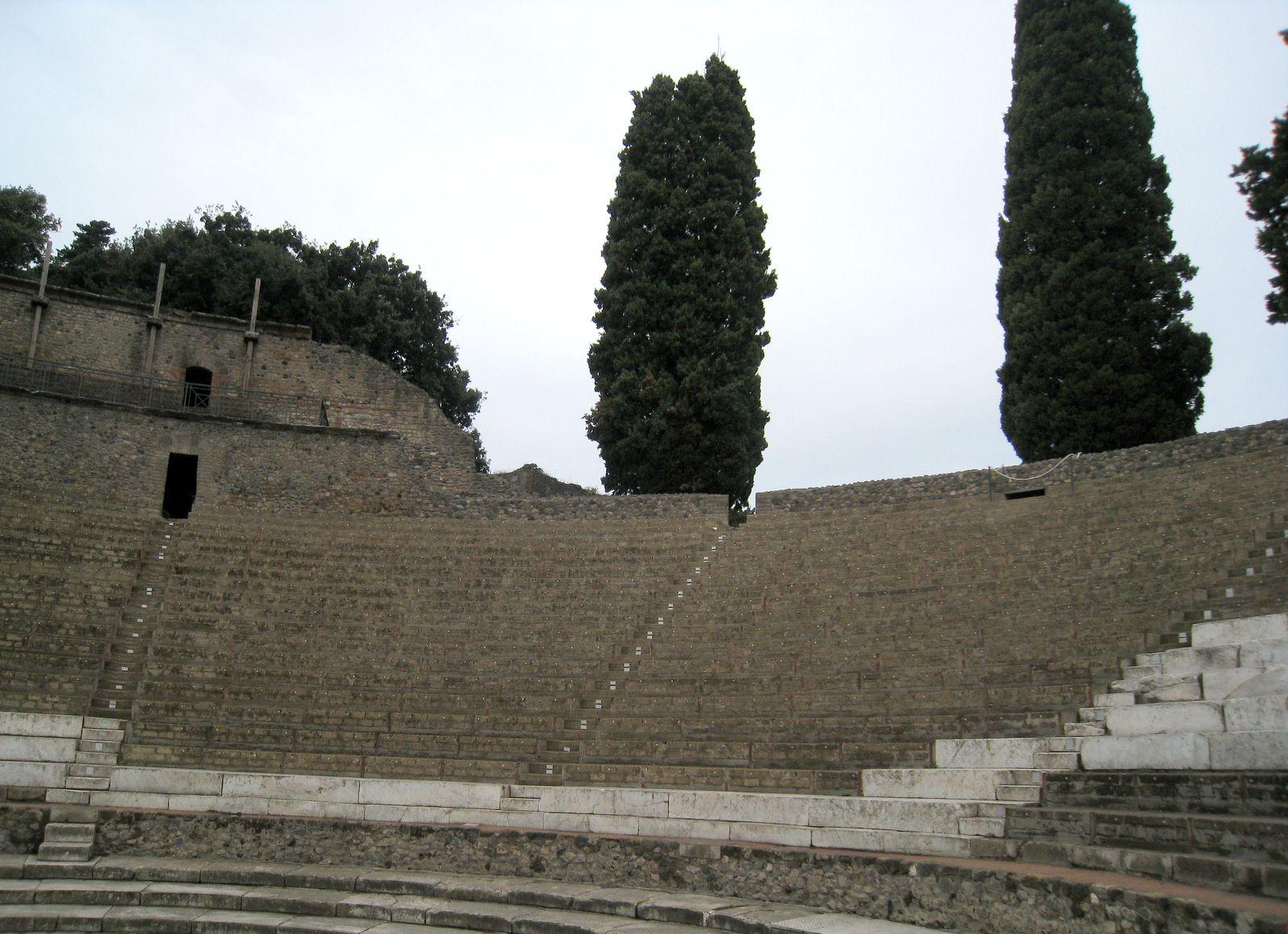 Pompéi (Italie), le quadriportique du Grand Théâtre et le petit Théâtre