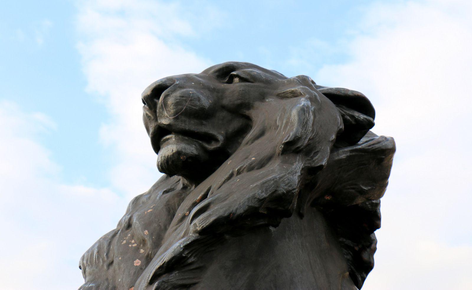 Colonne Christophe Colomb (Barcelone), lions et bas-reliefs