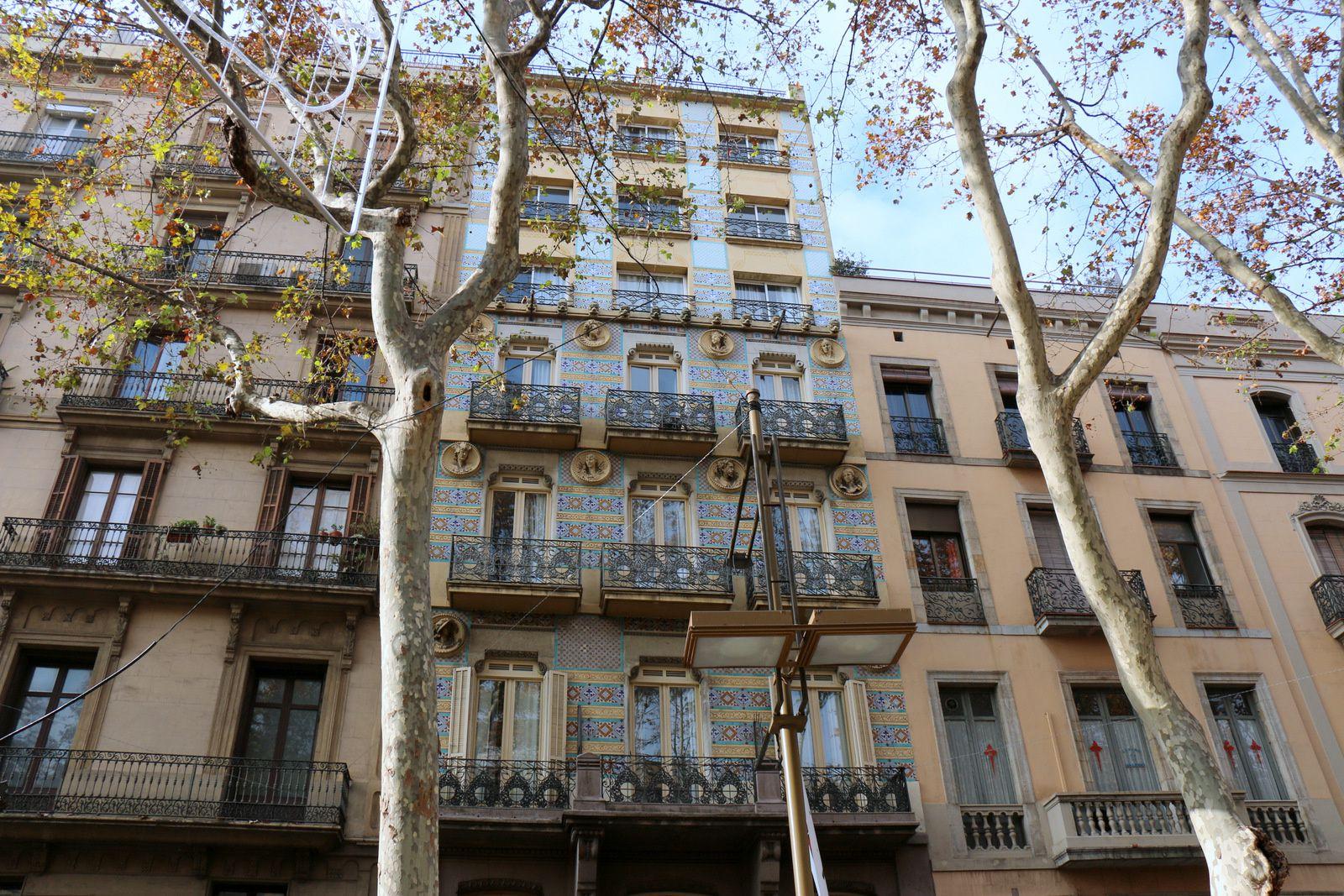 Façade et têtes de l'hôtel Ramblas de Barcelone
