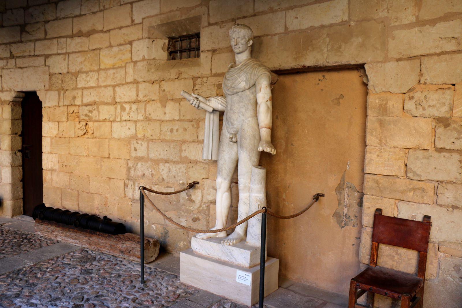 Cour intérieure du château de Bellver et ses statues