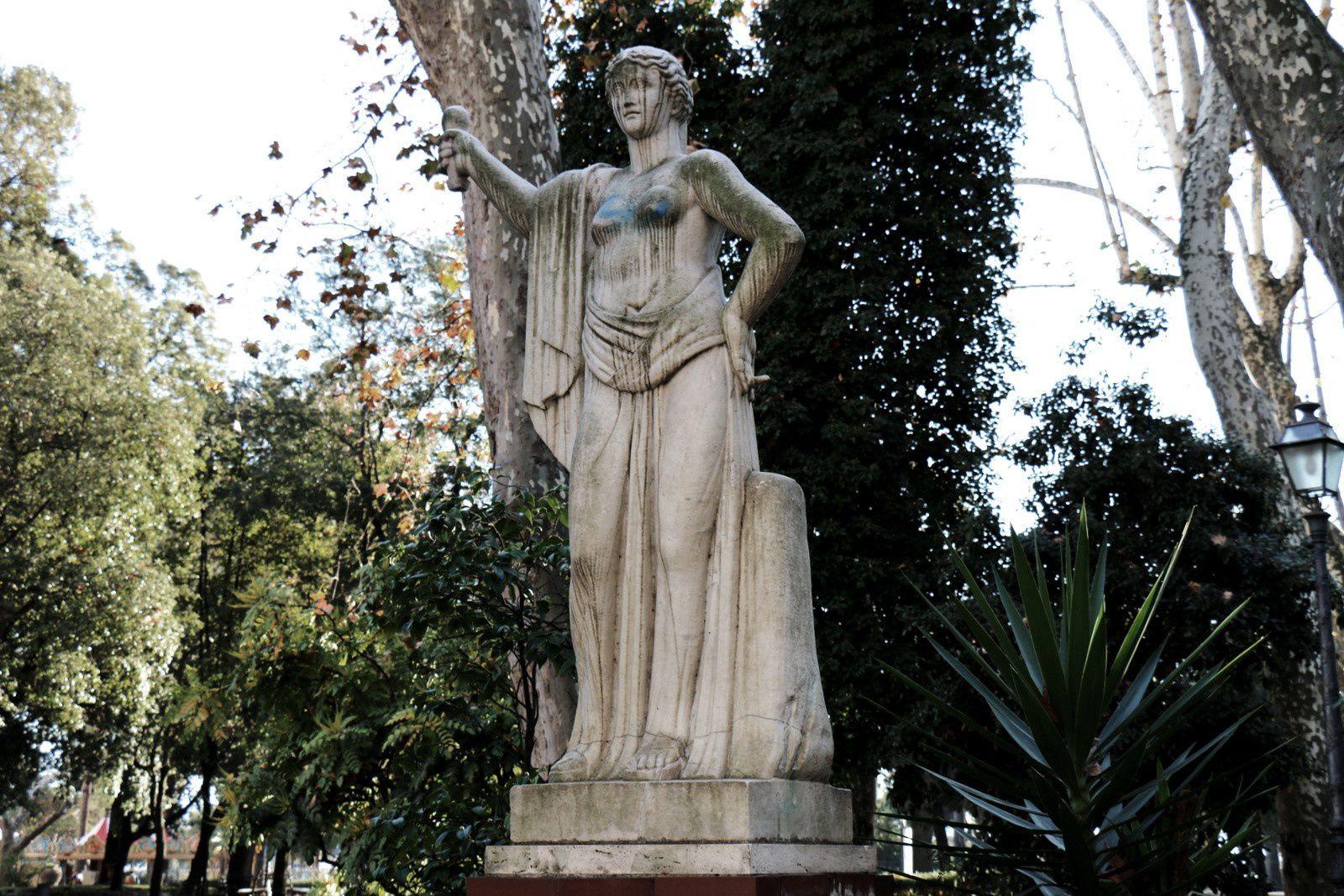 Espace vert à La Spezia, statue de femme