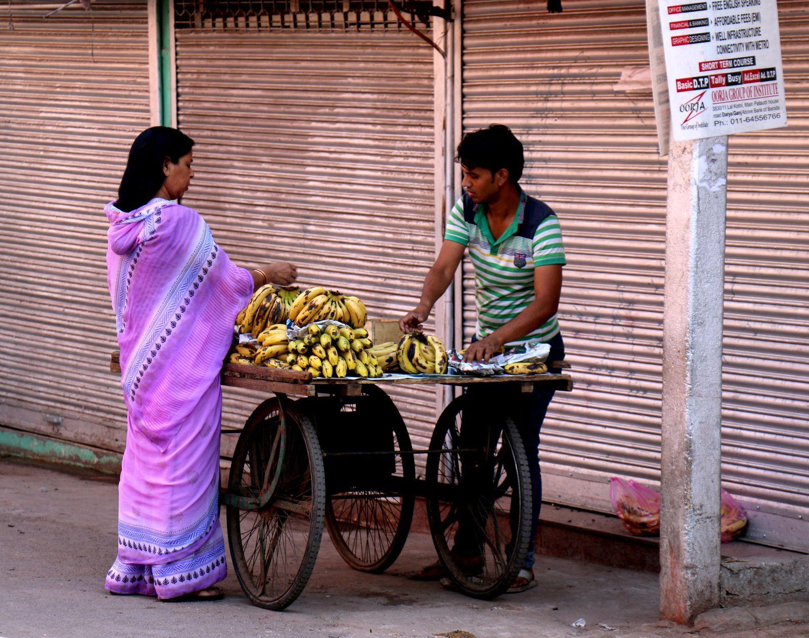 Dans les rues de Delhi, marchands et marchandises