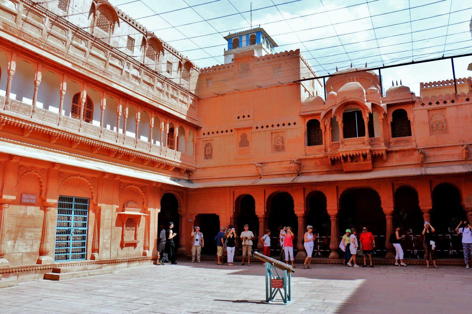 Junagarh Fort (Bikaner, Inde), première cour du palais de mahârâja.