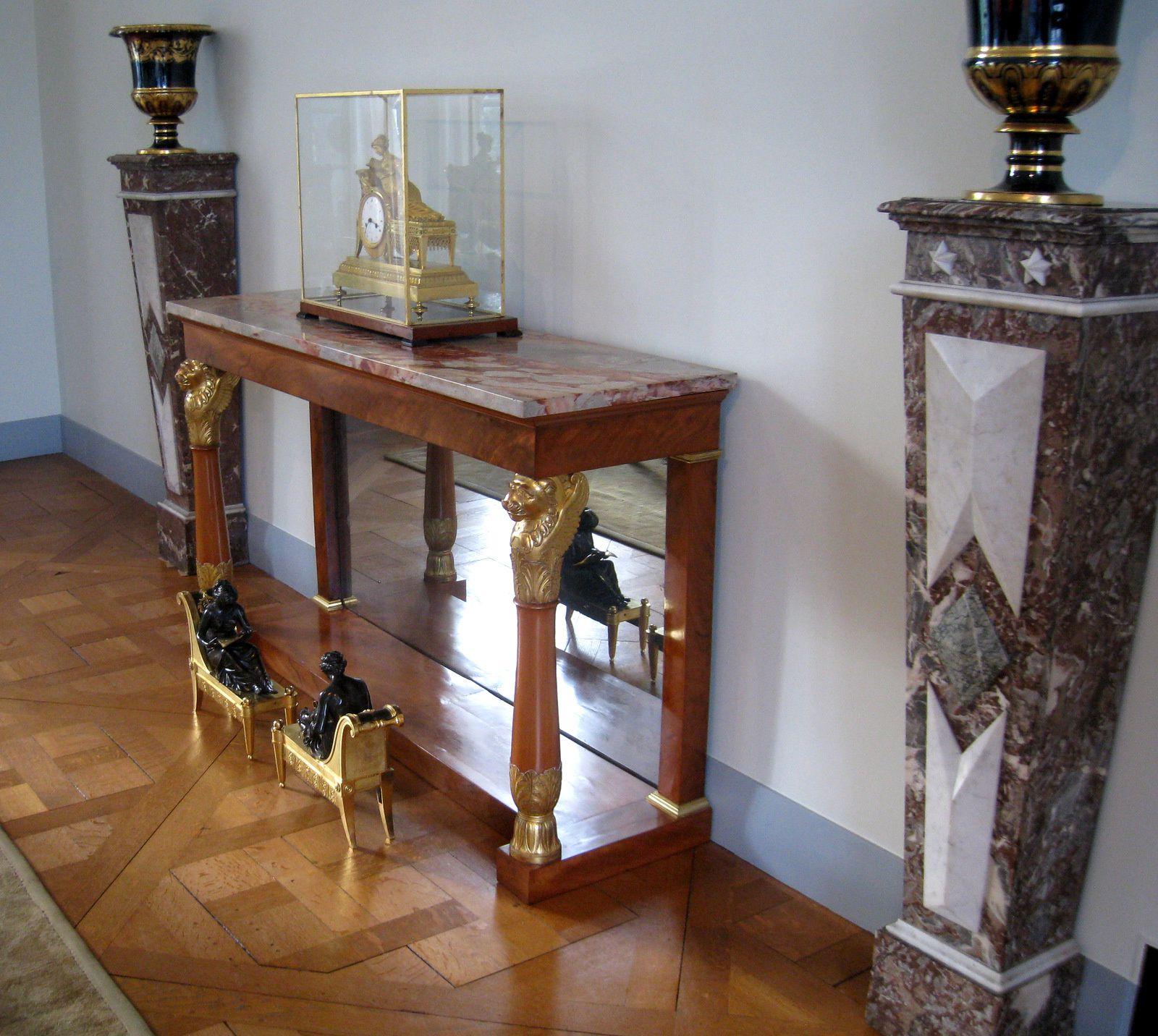 """Commode et pendules """"Jason et la Toison d'or"""" et """"La Liseuse"""", château de malmaison"""