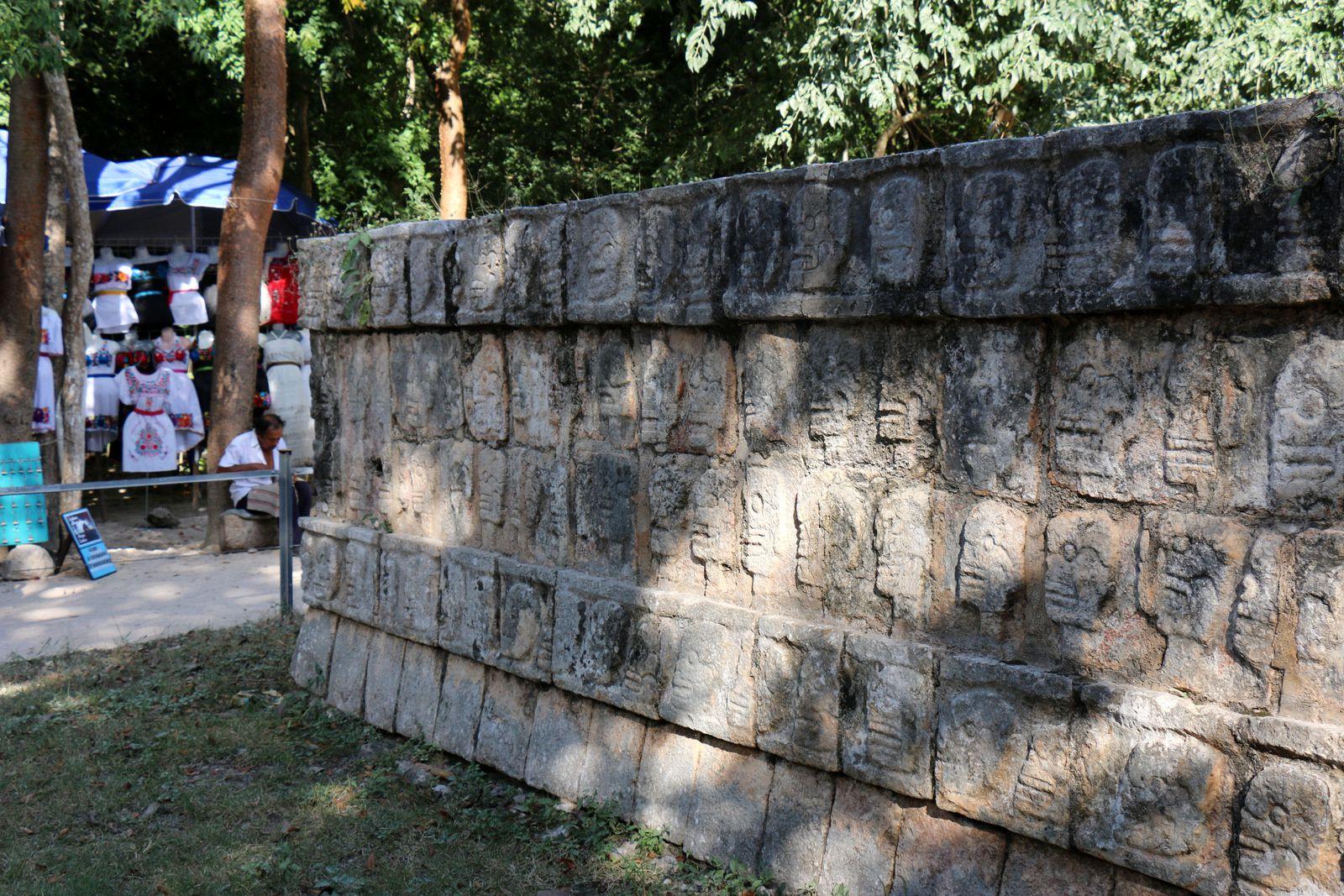 Le mur des crânes (tzompantli) et chac-mool, Chichen Itza (Mexique)