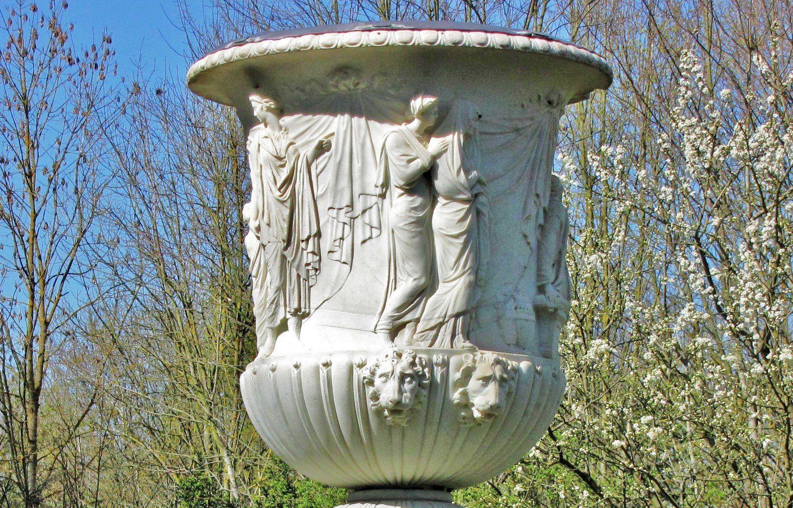 Sacrifice dyonisiaque par Jean Rousselet, vase du jardin du roi (Parc de Versailles)