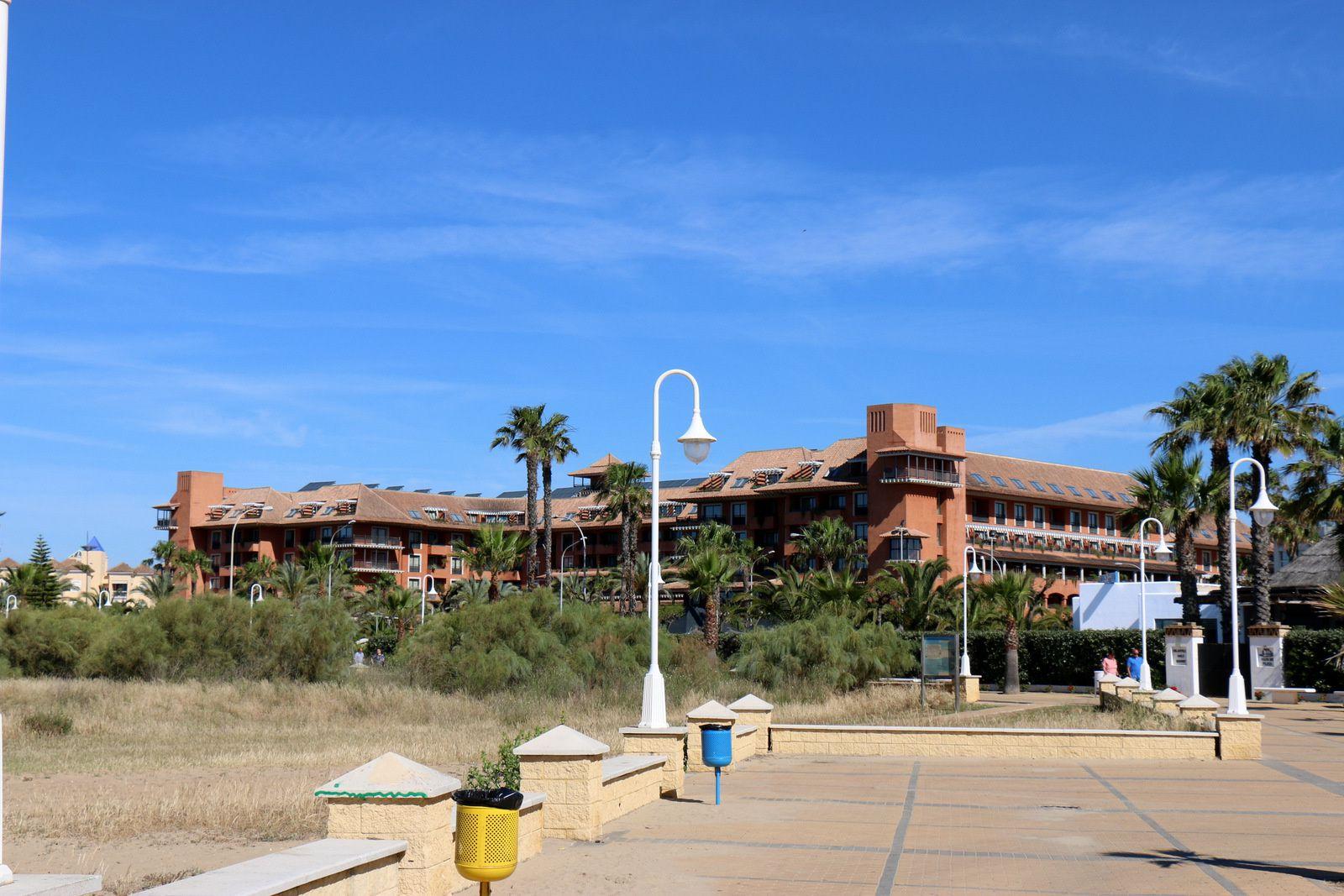 Eglise et complexes hôteliers, Islantilla (Andalousie)