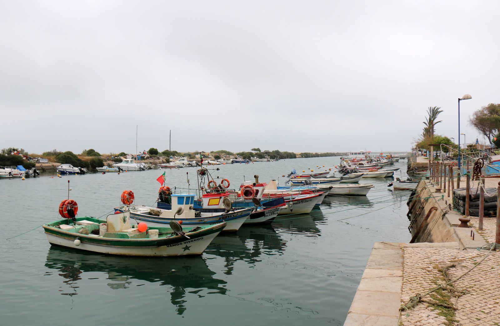 Bateaux de pêche dans le port de Fuseta, Algarve (Portugal)